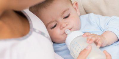 Na co zwrócić uwagę wybierając butelki jednorazowe do karmienia niemowląt?